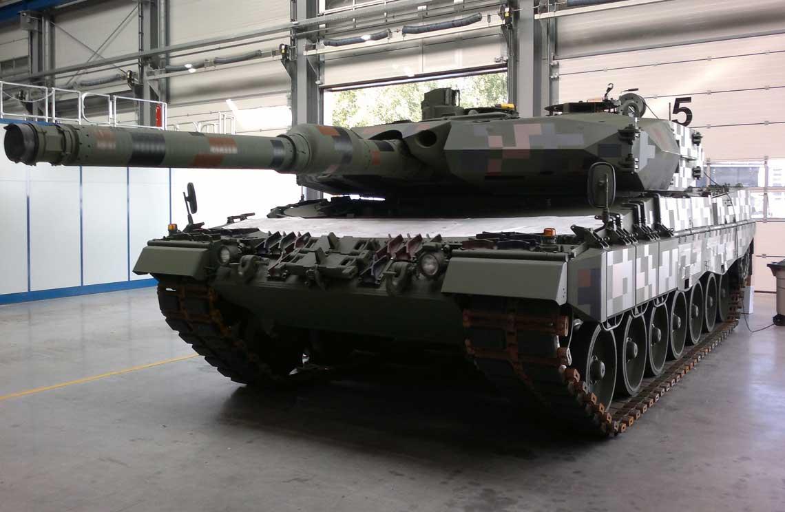 Demonstrator czołgu Leopard 2PL w hali zakładów Rheinmetall Landsysteme w Unterlüß tuż przed przewiezieniem do Polski w celu zaprezentowania na MSPO 2016.