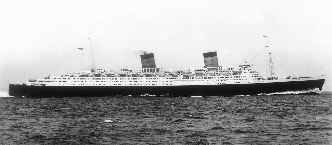 Ujęcie sylwetkowe Queen Elizabeth. Brak trzeciego komina pozwalał na łatwe odróżnienie od półbliźniaczej Queen Mary. Fot. zbiory A. Daszewskiego