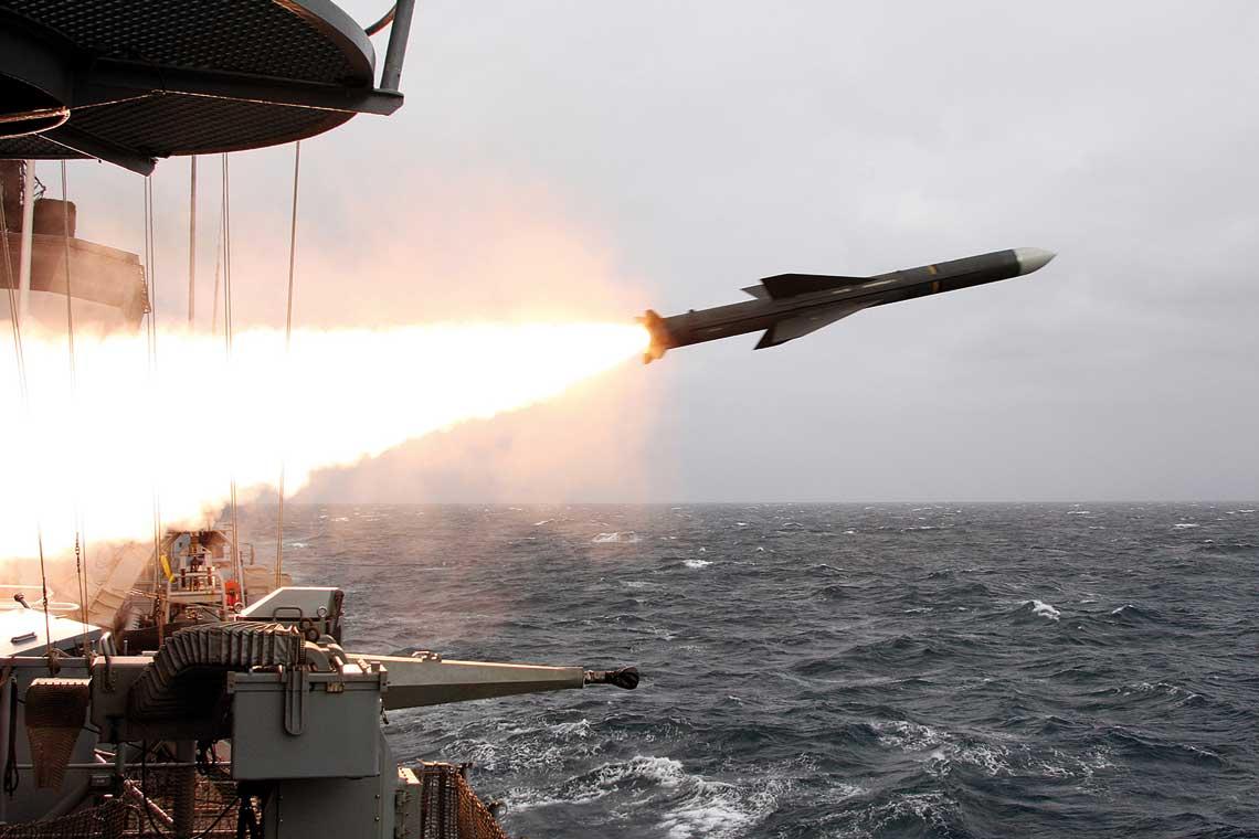 W ostatnim czasie Deutsche Marine masowo pozbywa się starych rakiet MM38 Exocet, wystrzeliwując je na ćwiczeniach z fregat i Schnellbootów. Na zdjęciu odpalenie z fregaty typu F123. Fot. PIZ Marine