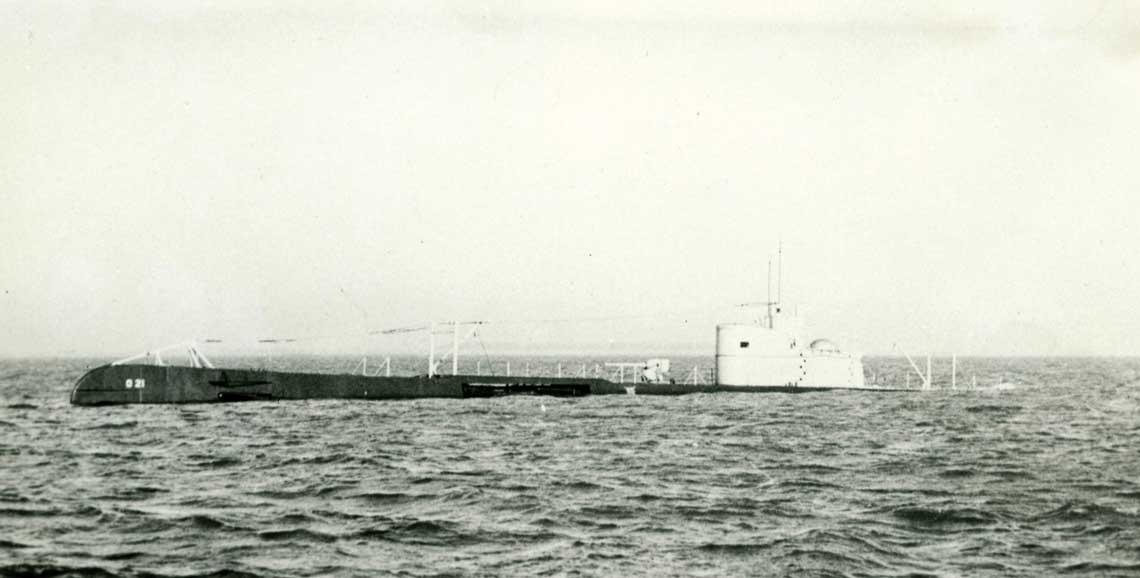 O21, prototypowy okręt serii, wynurzający się w czasie prób morskich, styczeń 1940 r. Cechą szczególną okrętów typu O21 było prawie całkowite wciąganie do obudowy kiosku obu peryskopów. Przed armatą, pod pokładem, widać obrotową wyrzutnię torped. Fot. Ministerie van Defensie