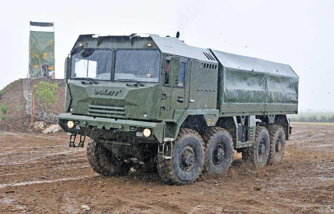 Czteroosiowy MZKT-600203 podczas pokazu dynamicznego. Jak przystało na terenową ciężarówkę, deszcz i błoto nie są mu straszne.