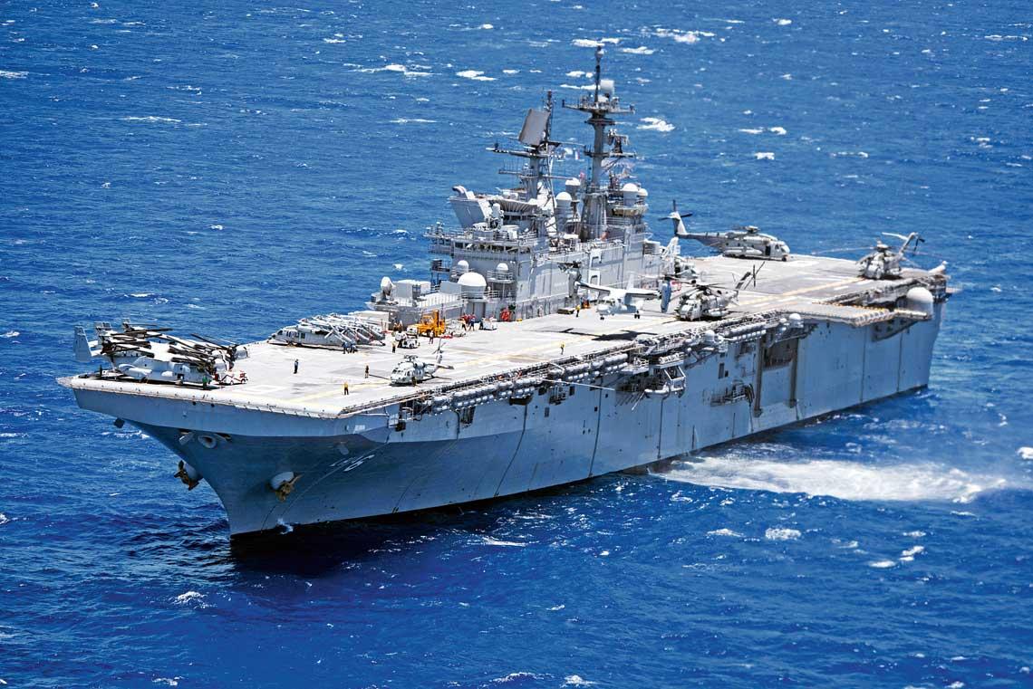 USS America (LHA-6) – prototyp nowego typu śmigłowcowców desantowych US Navy – jest pozbawiony kadłubowego doku na środki amfibijne. LHA-8 będzie stanowić rozwinięcie jego konstrukcji, ale przewidziano na nim miejsce na dok.