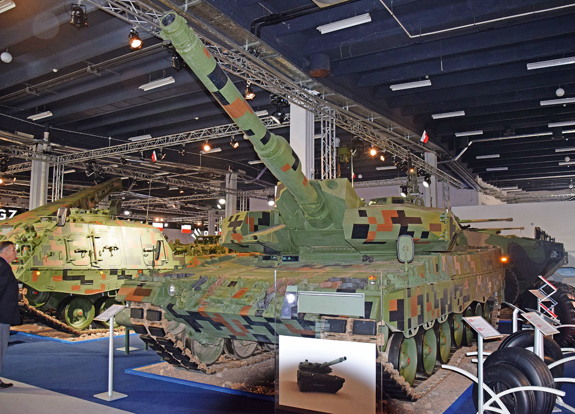 Demonstrator modernizacji czołgu Leopard 2A4 do standardu Leopard 2PL i wóz zabezpieczenia technicznego ARV 3 na jego podwoziu były dominującymi eksponatami w hali PGZ S.A.