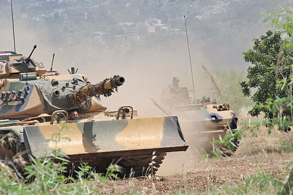 Operacja Tarcza Eufratu. Turecki czołg M60A3 i transporter gąsienicowy rodziny FNSS ACV-15 podczas operacji Tarcza Eufratu.