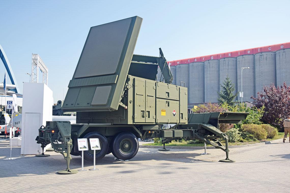 Na MSPO 2016 Raytheon pokazał pełnowymiarową makietę trójantenowej stacji z antenami AESA na GaN, którą koncern chce zastąpić obecną AN/MPQ-65. Stacja ta oferowana jest też Polsce.