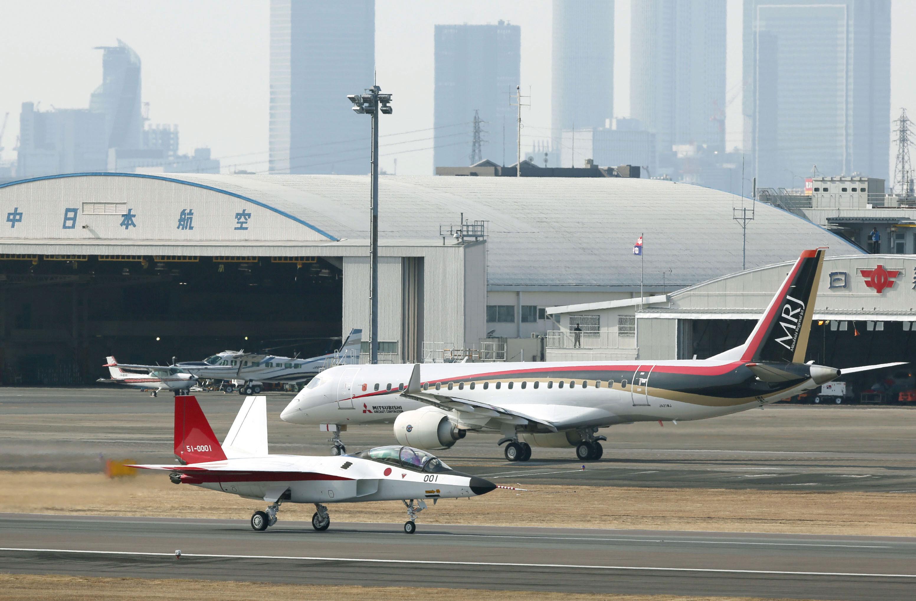 Najnowsze produkty japońskiego przemysłu lotniczego – demonstrator technologii wielozadaniowego samolotu bojowego Mitsubishi X-2 i pierwszy prototyp samolotu komunikacji regionalnej MRJ.