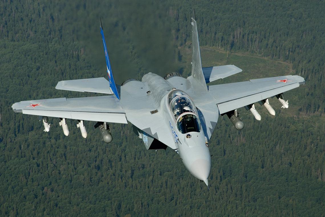 MiG-35 to najbardziej zaawansowany ze średnich myśliwców MiG. W tej wersji ma radar z aktywnym skanowaniem elektronicznym, zestaw czujników optoelektronicznych obserwujących przestrzeń wokół samolotu oraz może przenosić wszystkie typy rosyjskiego taktycznego uzbrojenia lotniczego. Fot. Piotr Butowski