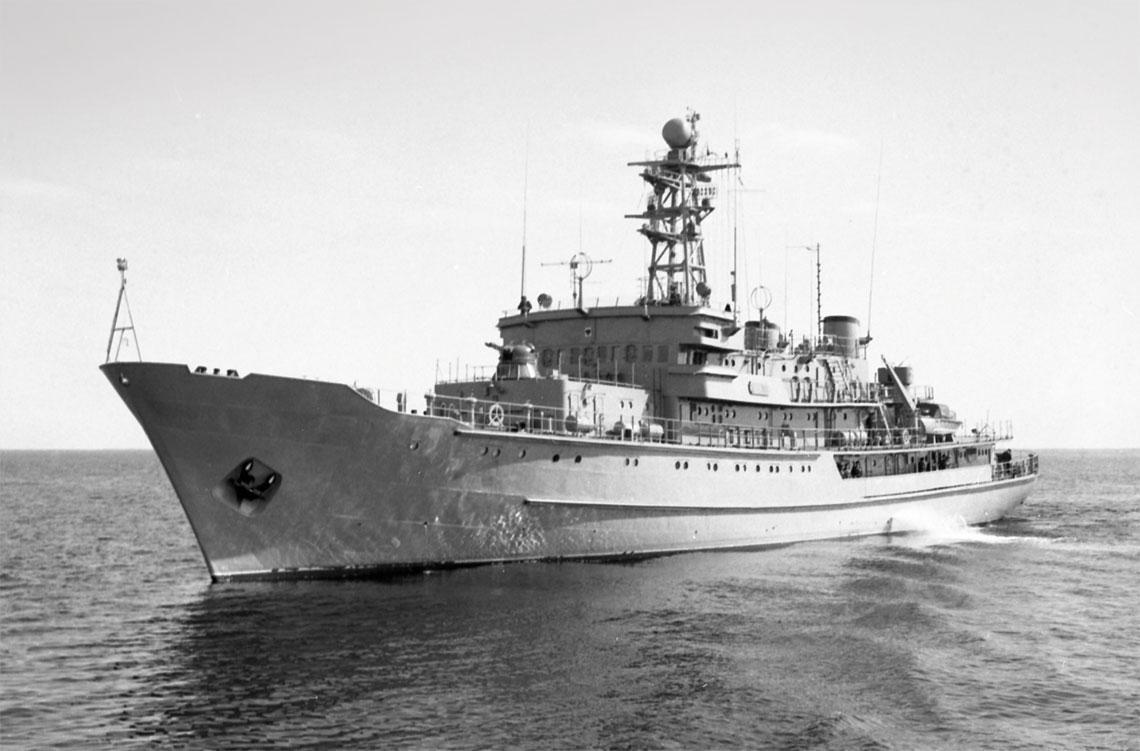 ORP Wodnik w 1977 r. manewruje przed kolejnym wyjściem w morze. Fot. zbiory Muzeum MW/Stanisław Pudlik