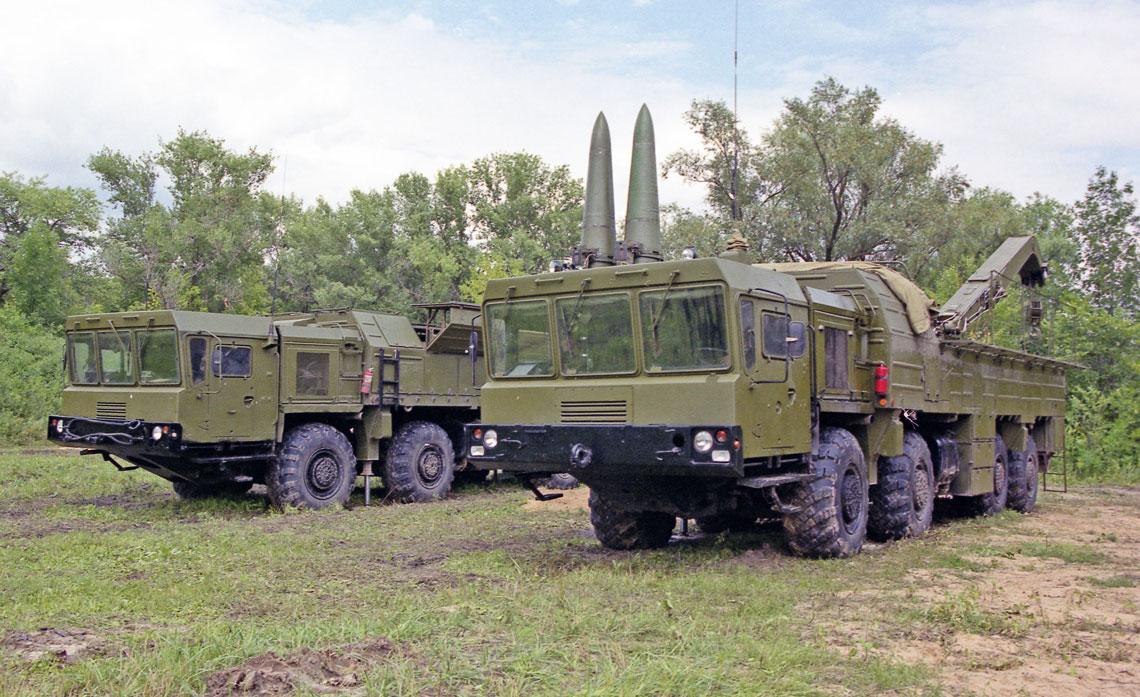 Samobieżna wyrzutnia SPU 9P78-1 i pojazd transportowo-załadowczy TZM 9T250 (na pierwszym planie) systemu Iskander.