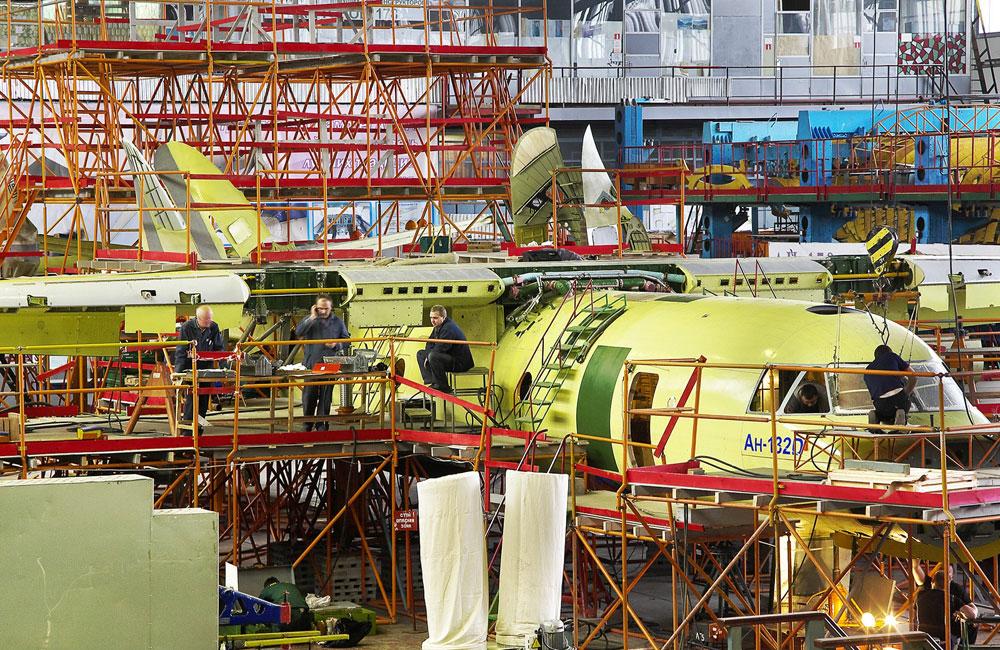 Pierwszy An-132D w czasie montażu w zakładach Antonowa w Kijowie (maj 2016 r.).