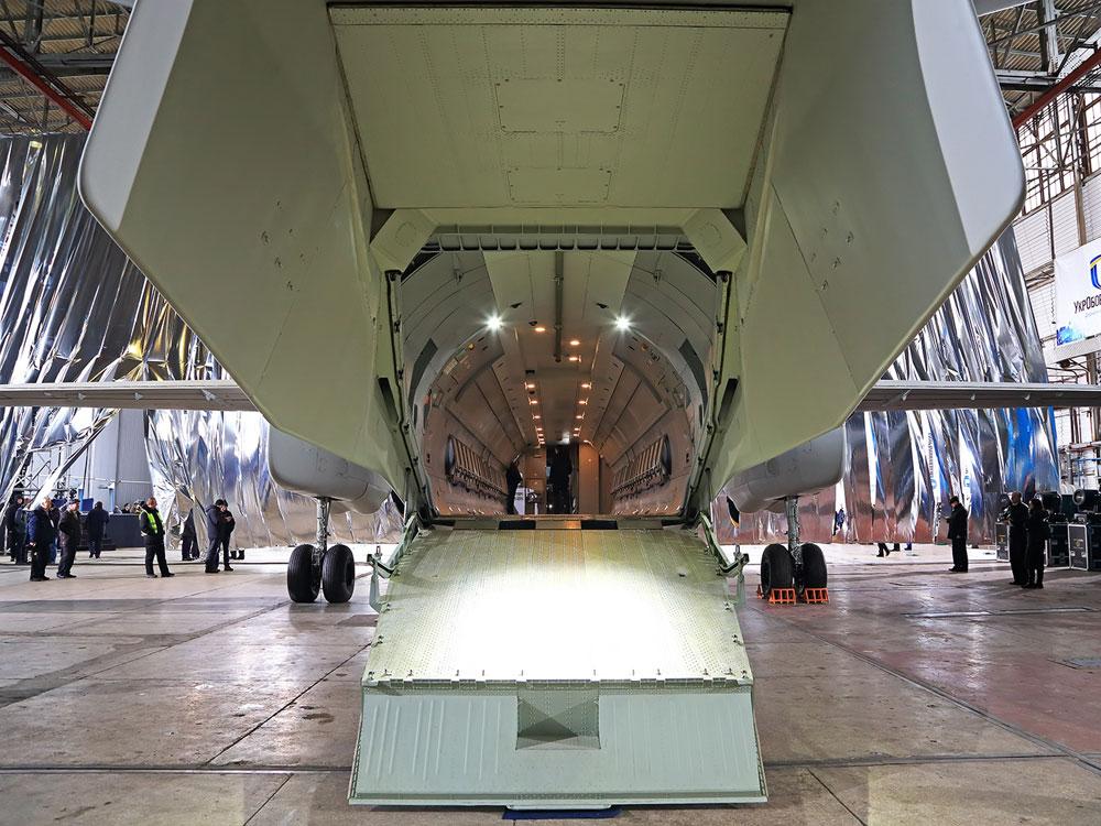 Ukończony An-132D z otwartą rampą ładunkową, warto zwrócić uwagę, że standard wykończenia ładowni jest daleko lepszy, niż w większości samolotów powstających dotąd w państwach postsowieckich.
