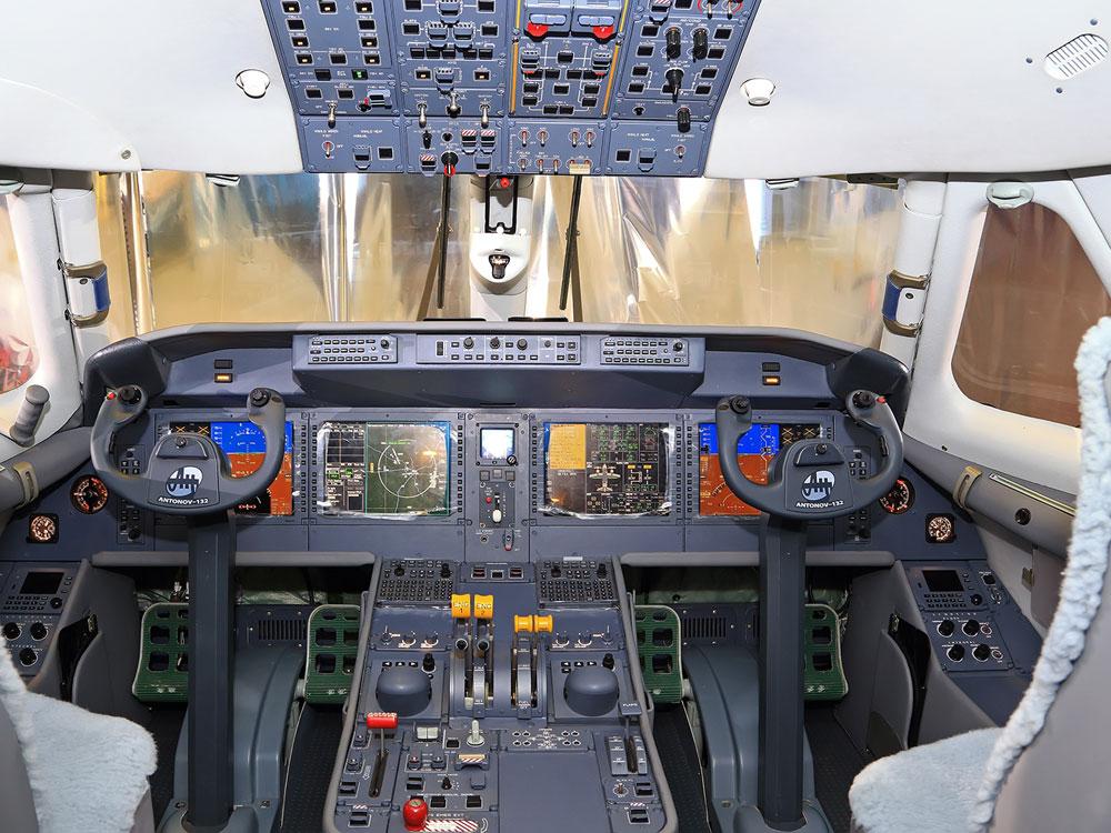"""Kabina w standardzie """"szklany kokpit"""", większość wyposażenia dostarczyły firmy amerykańskie."""