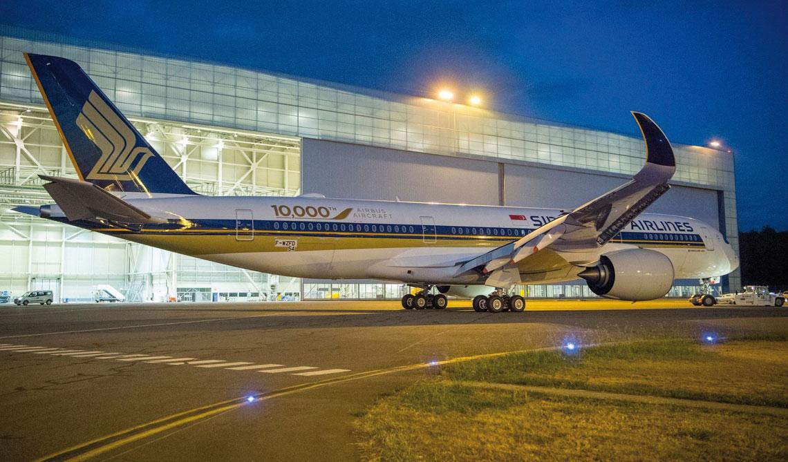 Jubileuszowym dziesięciotysięcznym samolotem Airbusa był komunikacyjny A350 XWB-900, a odbiorcą linie lotnicze Singapore Airlines. Fot Airbus