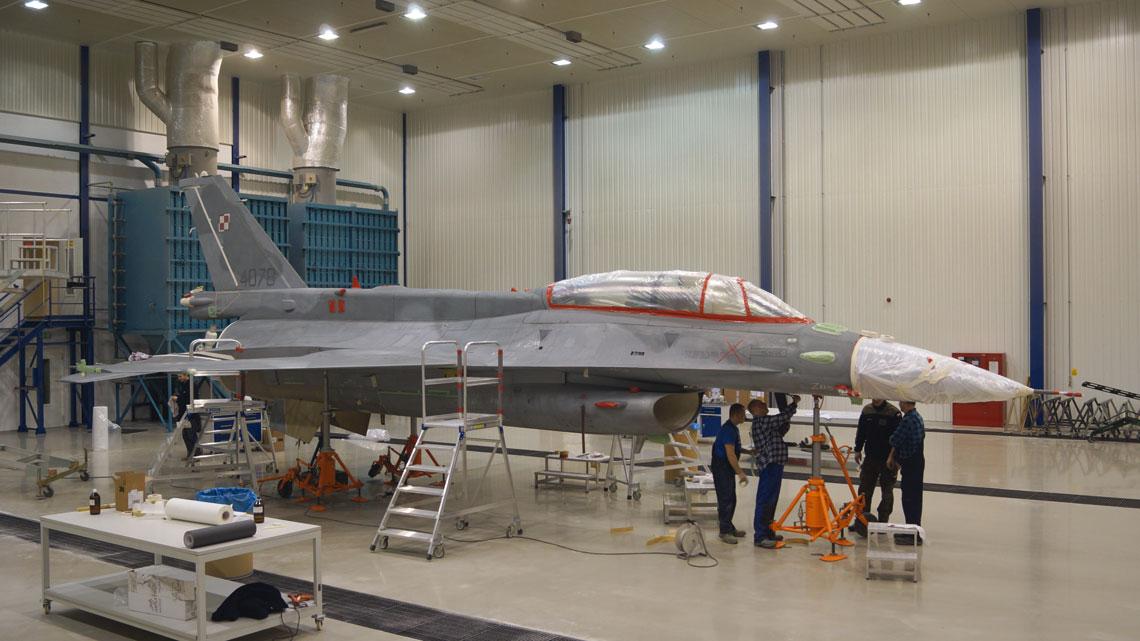 Zdjęcie powłoki malarskiej z wielozadaniowego samolotu myśliwskiego F-16 Jastrząb w hali PMB trwa cztery dni.