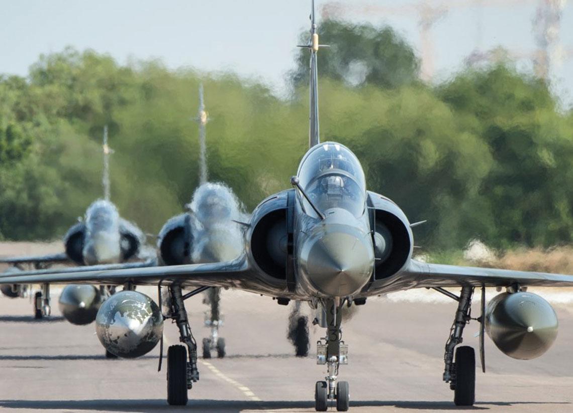 Samoloty myśliwsko-bombowe Dassault Mirage 2000D uczestniczą we wszystkich ostatnich operacjach poza granicami kraju. Jednocześnie zostały one poddane wielokrotnie odkładanej wczasie modernizacji. Fot. EMA