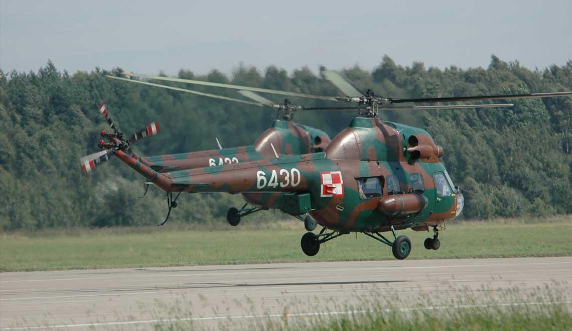 Śmigłowce Mi-2 w polskim lotnictwie wojskowym. Start dwóch rozpoznawczych Mi-2R. Dobrze widoczna skrzynka pod tylną belką ogonową mieszcząca lotniczy aparat fotograficzny. Fot. Adam Gołąbek