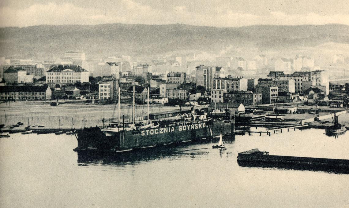 Widok Stoczni Gdyńskiej w latach 30. XX wieku. Na doku pływającym okręt szkolny PMW, szkuner ORP Iskra, zaś dalej niewielki parowiec.