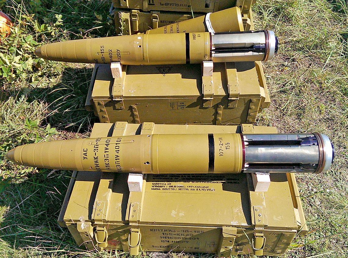 Pomyślne próby precyzyjnej amunicji do Kraba. Prototypowe pociski APR 155 przygotowane do wystrzelenia podczas jednego z testów na poligonie w Nowej Dębie (zdjęcie z 2014 r.).