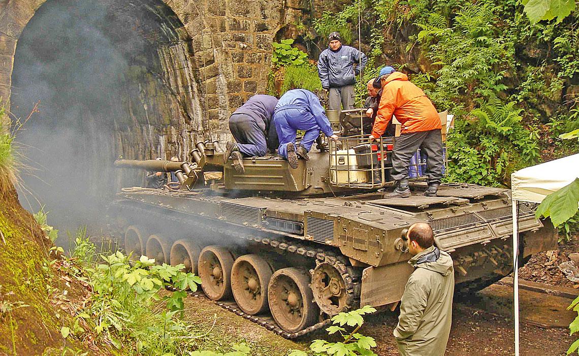 Badania EMC pojazdów wojskowych na alternatywnych poligonach pomiarowych. Przygotowania czołgu PT-91M do badań EMC w nieczynnym tunelu kolejowym.