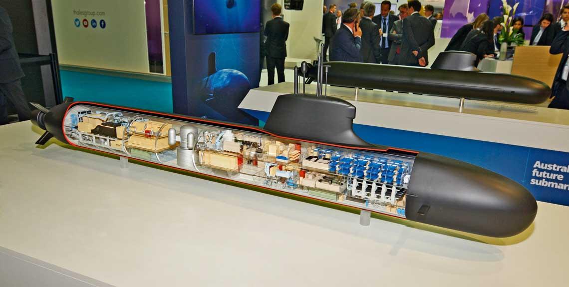 Euronaval 2016. Pod wodą. Najnowszy model Barracudy. Kolejne edycje Euronaval pozwoliły prześledzić zmiany wkonstrukcji okrętu. Niektóre zastosowane po raz pierwszy wtych jednostkach rozwiązania ielementy wyposażenia mogą pojawić się wprojektach eksportowych. Wgłębi model Shortfin Barracudy przeznaczonej dla Australii.