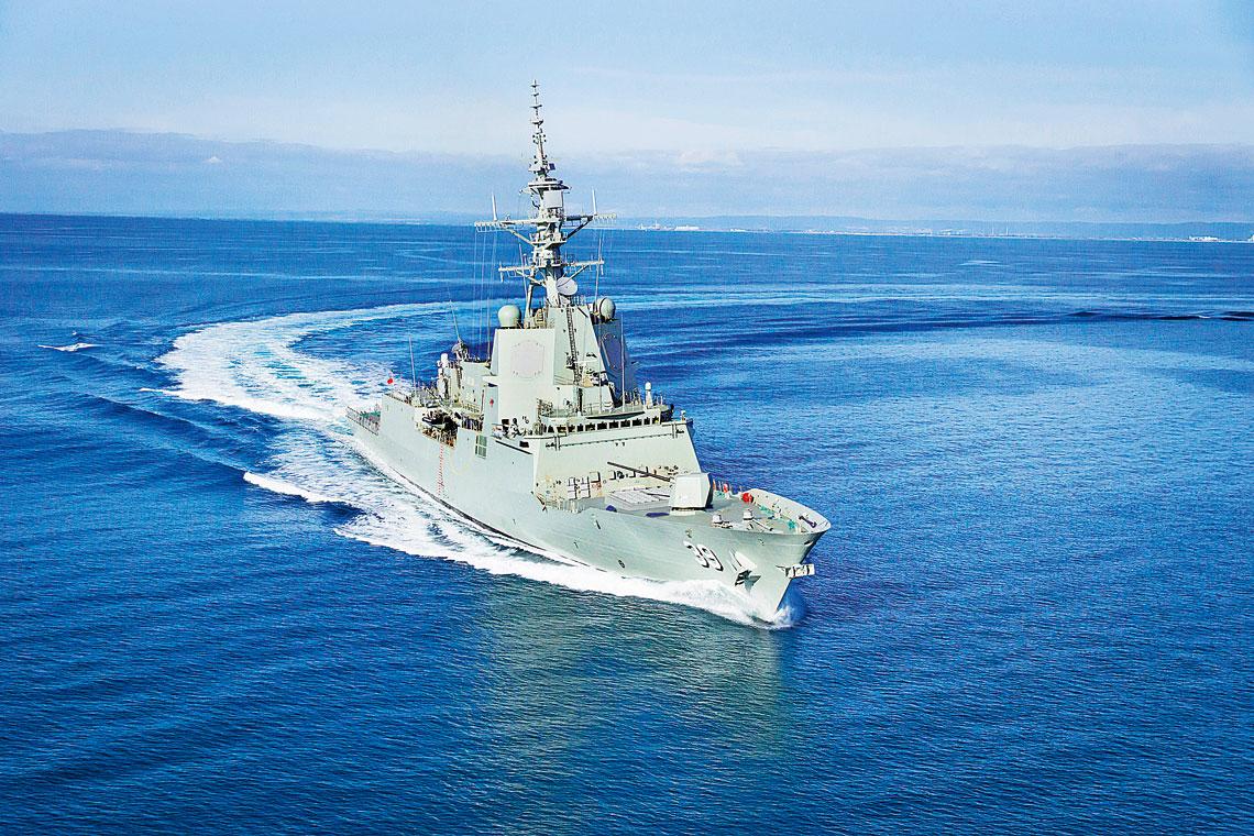 Prototypowy HMAS Hobart w dynamicznym zwrocie. Zdjęcie wykonane podczas prób morskich.