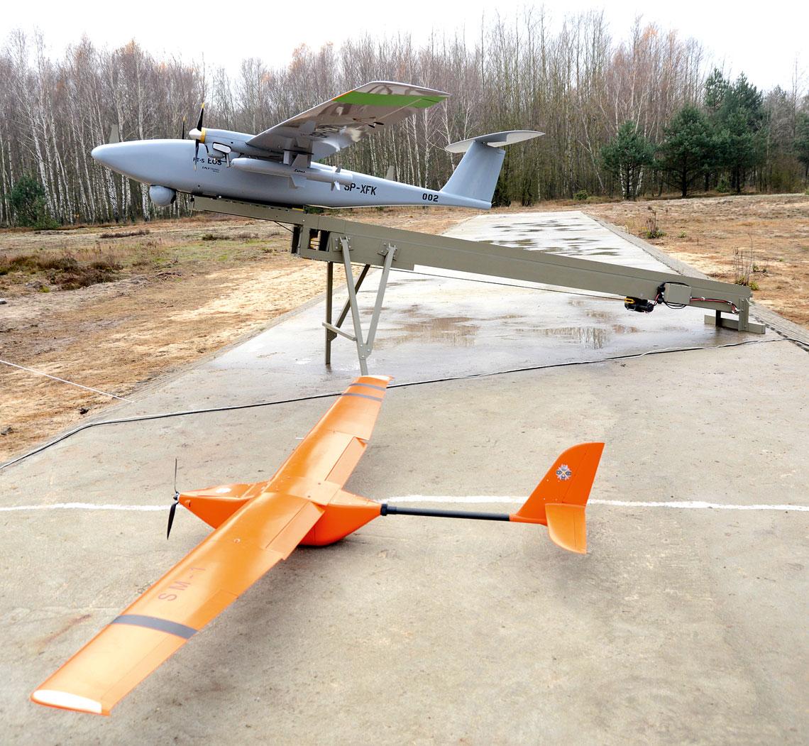 Rozwiązania do bezzałogowych systemów powietrznych z WITU. BSP Wrzaskun i FT-5 Łoś (na drugim planie), który ze względu na swe rozmiary i masę wykorzystuje do startu katapultę.