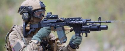 Żołnierz z karabinem Beryl