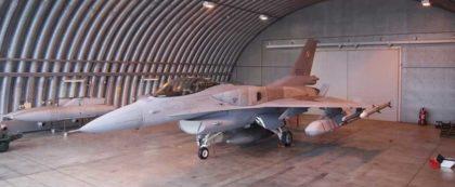Samolot F-16 w hangarze, obok pociski manewrujące JASSM