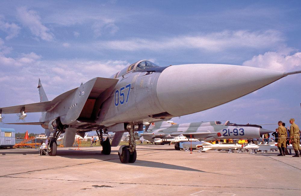 Ten MiG-31M to ostatni z siedmiu prototypów tej wersji z końca lat osiemdziesiątych, która nie weszła do produkcji. Myśliwiec otrzymał mocniejszy radar Zasłon-M i pociski K-37. Fot. Piotr Butowski