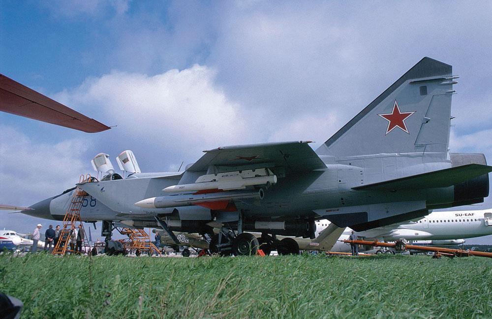 """Samolot """"58"""" to pierwszy zmodernizowany MiG-31BM, jeszcze w wersji oferowanej przez firmę Russkaja Awionika. W tej eksportowej prezentacji ma on dodatkowo uzbrojenie """"powietrze-ziemia"""", w tym przeciwradiolokacyjny pocisk kierowany Ch-58 pod skrzydłem. Fot. Piotr Butowski"""