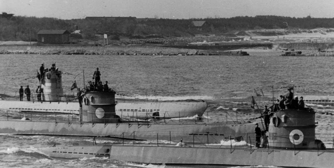 U-Booty typów IID – dwa z przodu – i IIB – pojedynczy z tyłu. Uwagę zwracają znaki identyfikacyjne. Od prawej: U 121, U 120 i U 10 należące do 21. Flotylli U-Bootów (szkolnej).