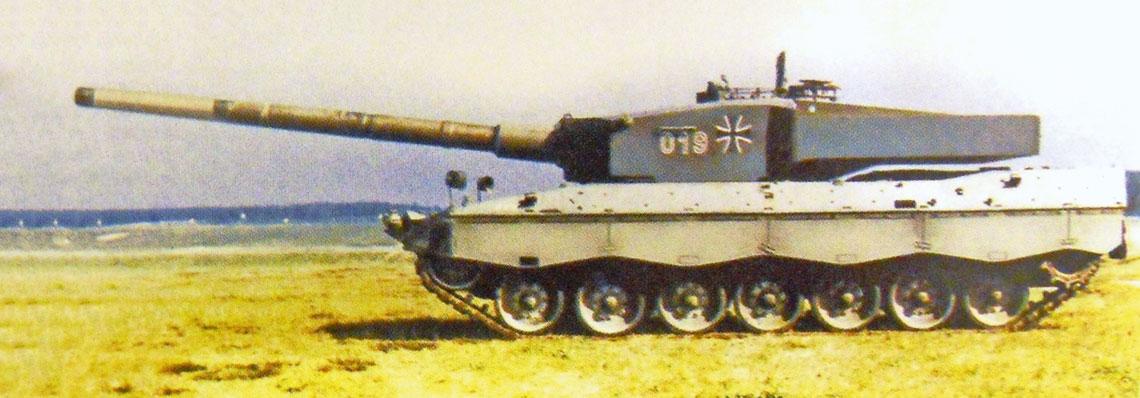Doświadczalny czołg podstawowy Leopard 2A4 z przebudowaną wieżą, uzbrojony w prototypową 140 mm armatę gładkolufową NPzK-140 firmy Rheinmetall.