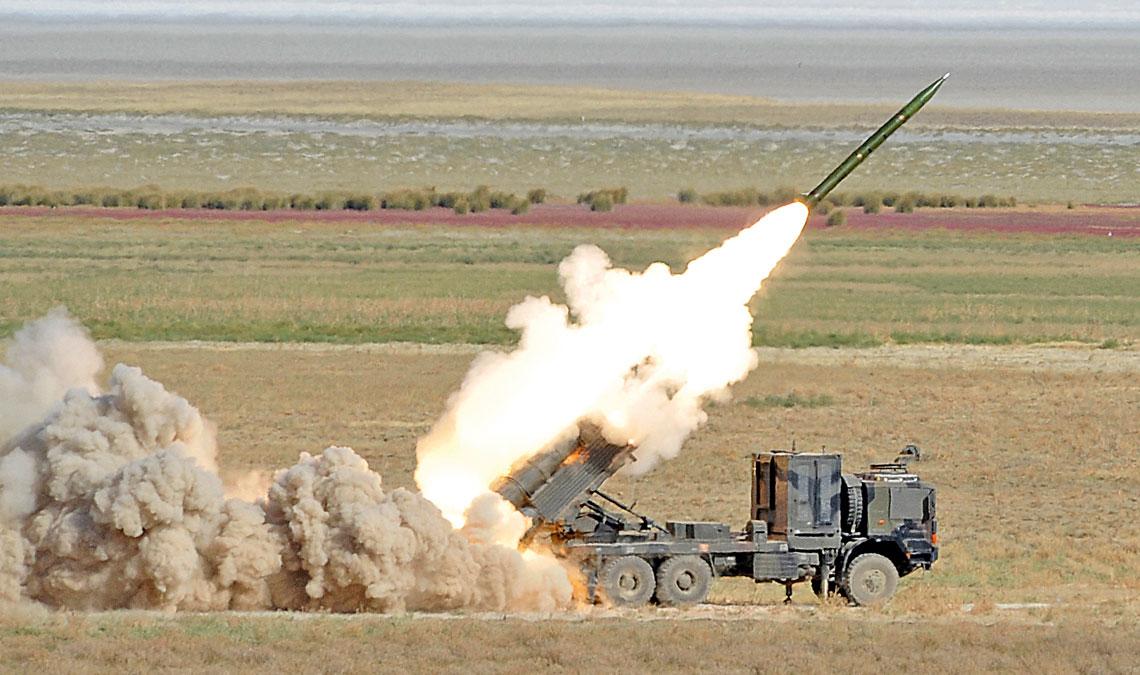 wit_1_2017_homarWyrzutnia F-302T systemu T-300 Kasırga należąca do Türk Kara Kuvvetleri podczas strzelania, odpalona rakieta to TR-300E. Kontener za kabiną mieści m.in. systemy elektroniczne, w tym nawigacyjne.