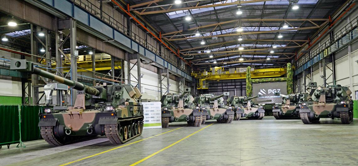 Huta Stalowa Wola uruchomiła już seryjną produkcję dział Krab, na razie bazując na importowanych podwoziach. Do końca ubiegłego roku wojsko miało przejąć 12 armatohaubic modułu wdrożeniowego (dwa w kwietniu i dziesięć w grudniu), które przeszły badania zdawczo-odbiorcze. Pozostałe, w tym osiem, które wcześniej wykorzystywały polskie nośniki UPG-NG, będą sukcesywnie dostarczane do sierpnia br.