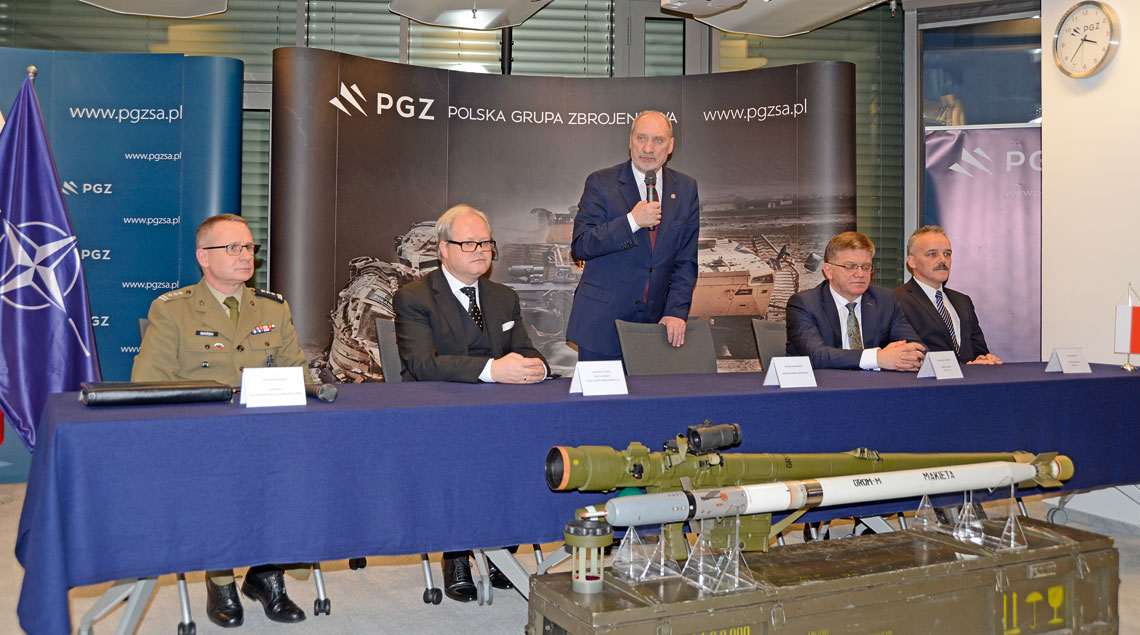 W uroczystości podpisania umowy na dostawę zestawów Piorun, poza podpisującymi dokument przedstawicielami MESKO S.A. i Inspektoratu Uzbrojenia, wziął udział także minister obrony narodowej Antoni Macierewicz i członkowie zarządu PGZ S.A. z prezesem Arkadiuszem Siwko na czele.