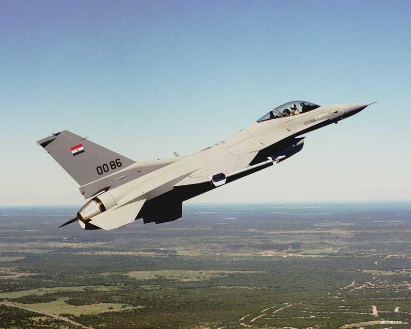 Samolot F-16 Fighting Falcon w locie.