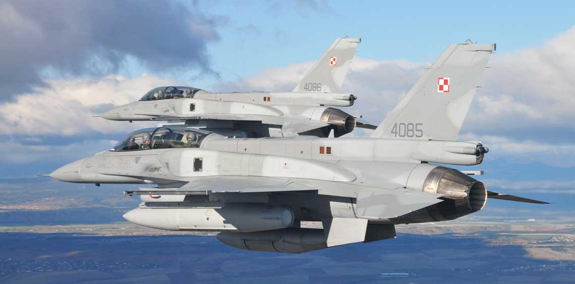 Para F-16D należąca do 10. eskadry lotnictwa taktycznego w trakcie lotu grupowego