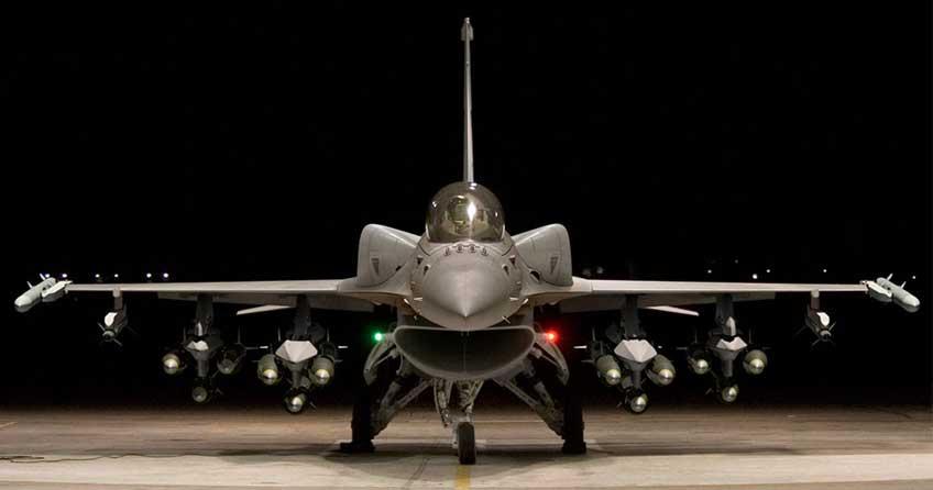 """F-16V z """"mocnym"""" uzbrojeniem. Zastosowanie zbiorników konforemnych dobrze służy maksymalizacji ładunku bojowego samolotu. Fot. Lockheed Martin"""