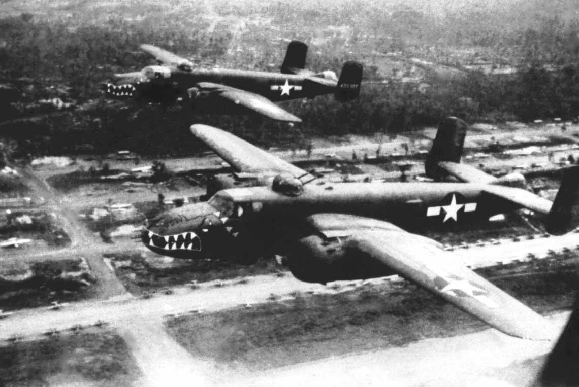 B-25J, z górną wieżyczką przesuniętą do przodu i ogonowym stanowiskiem strzeleckim