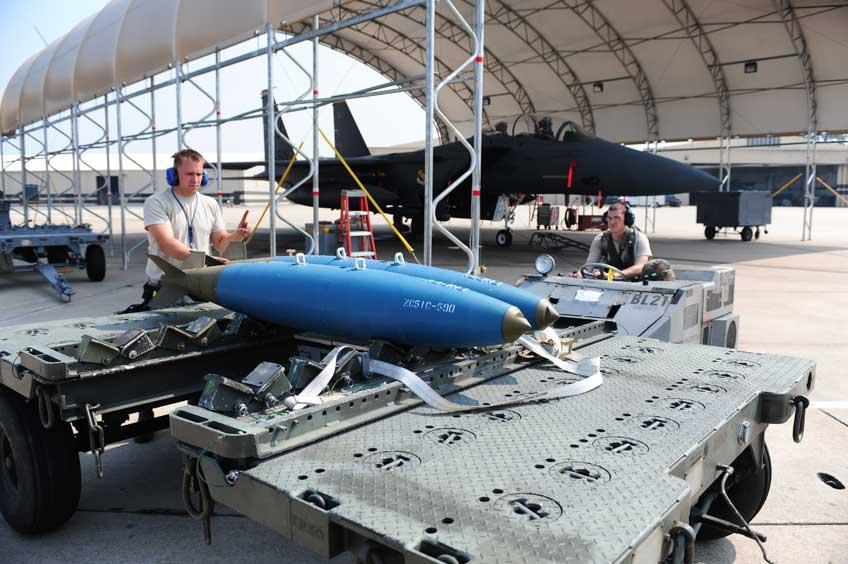 Bomby ćwiczebne BDU-50, przeznaczonych dla wielozadaniowych samolotów bojowych Lockheed Martin F-16C/D Jastrząb.