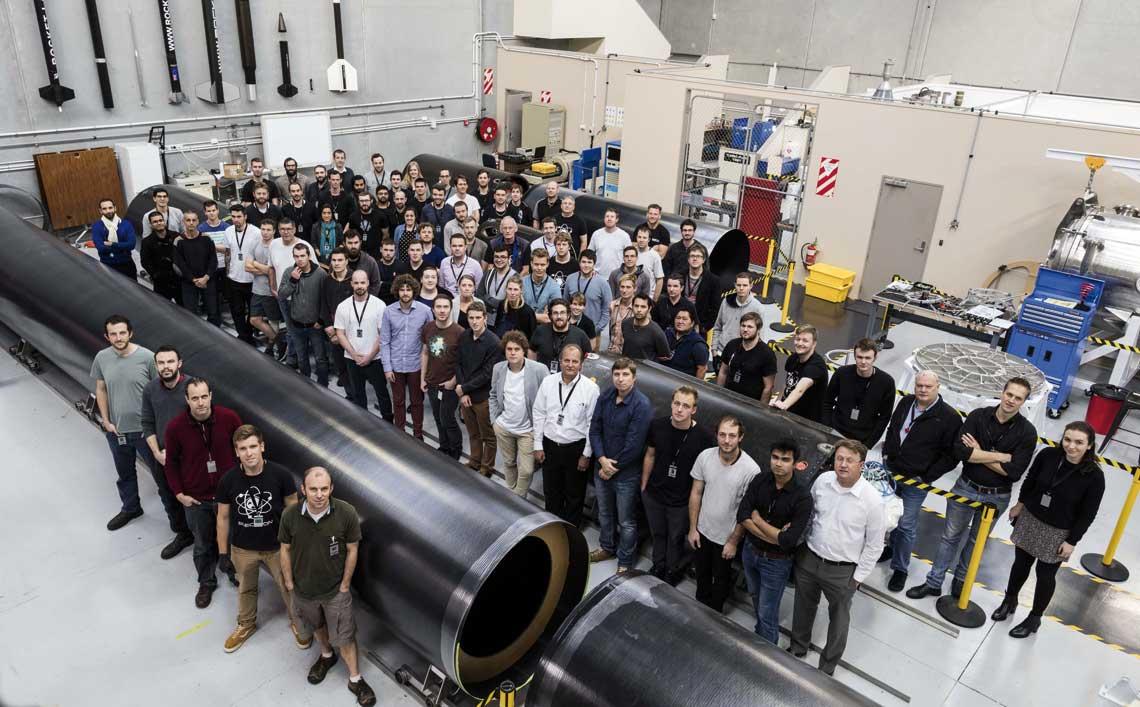 Pierwsze egzemplarze Electrona i pracownicy w hali montażowej RocketLab