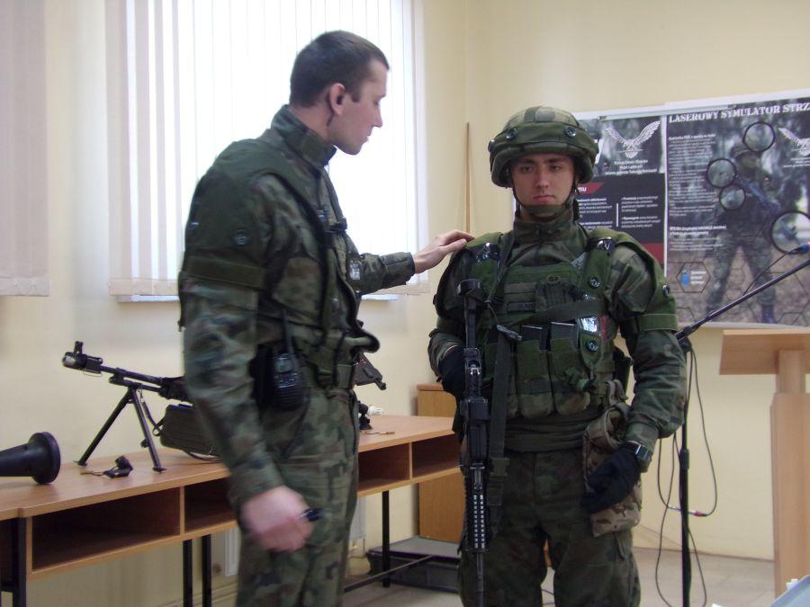 Prezentacja elementów używanego przez WSO systemu szkolnego SAAB GAMER, prowadzona przez kpt. D. Dobiesa.