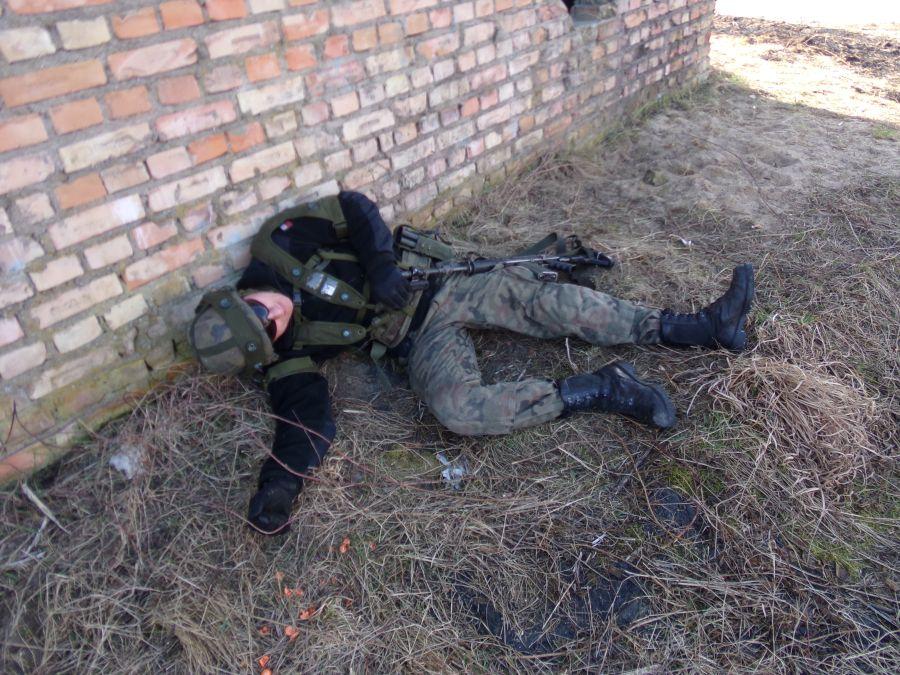 """""""Zabity"""" członek grupy atakującej zgodnie z procedurami leży na ziemi."""