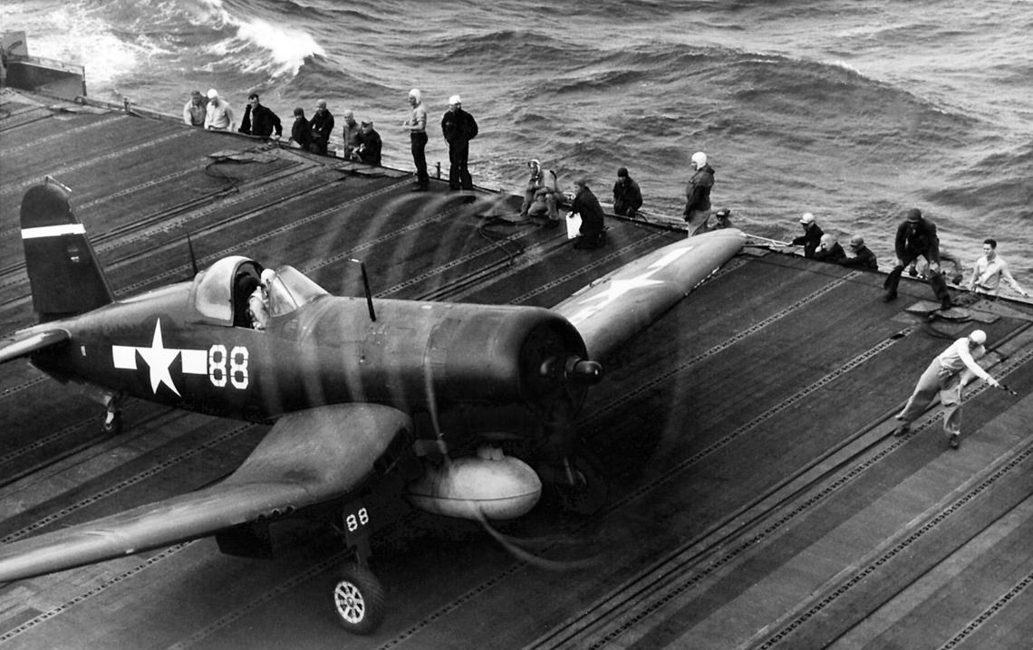F4U-1D jednego z dwóch dywizjonów marines (VMF-124 lub -213) na pokładzie USS Essex; styczeń 1945 r.