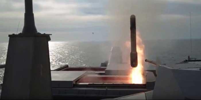 LCS strzela z AGM 114 Hellfire