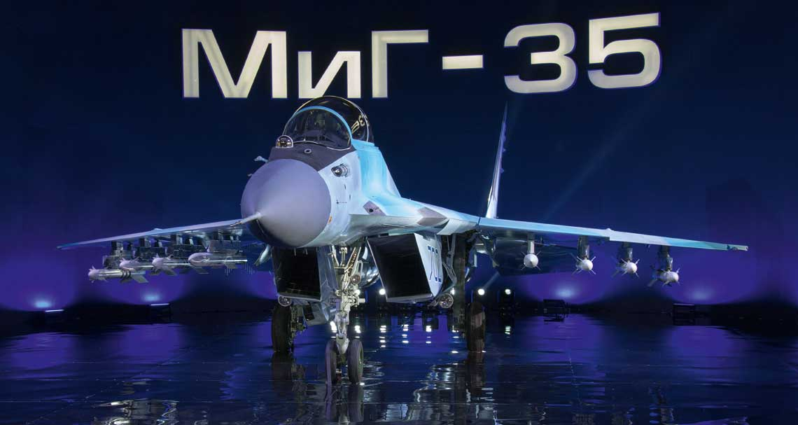 """Jednomiejscowy myśliwiec MiG-35 """"702"""" uzbrojony w pociski """"powietrze-powietrze"""" średniego zasięgu R-77-1 i bliskiej walki powietrznej R-73."""