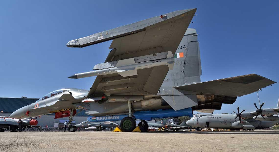 Myśliwiec Su-30MKI wraz z makietą pocisku Brahmos pod kadłubem.