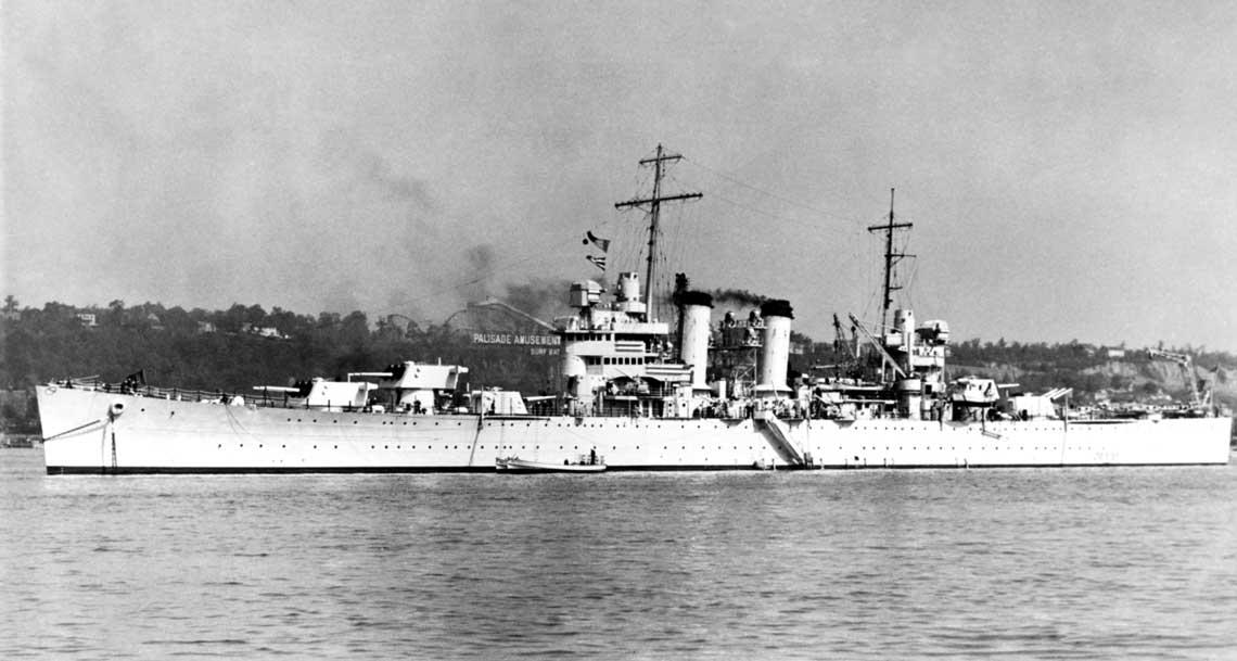 Krążownik USS Brooklyn na zdjęciu z 1939 r., kotwiczący w Nowym Jorku.
