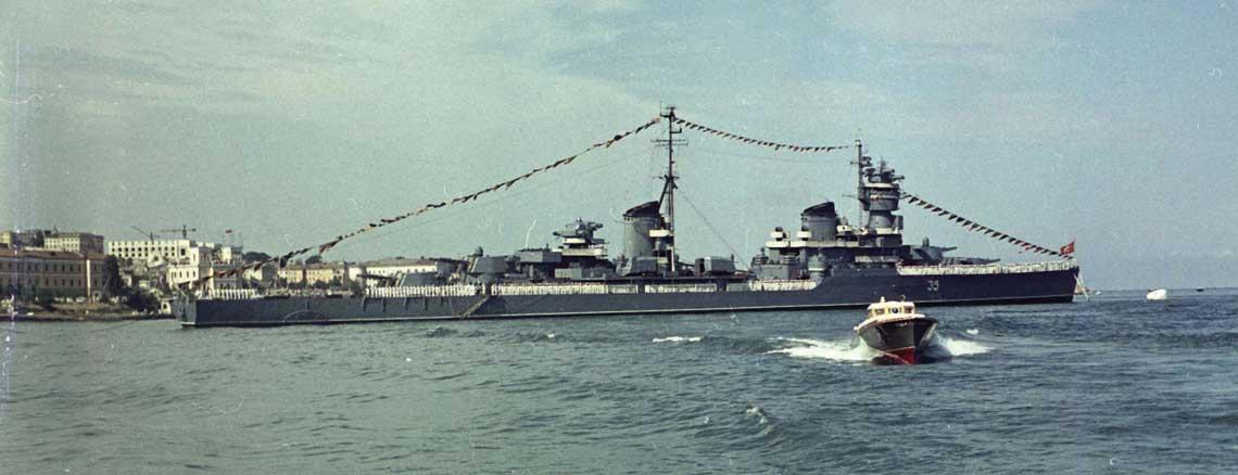 Krążownik projektu 68K Kujbyszew na paradzie w Sewastopolu w 1954r.