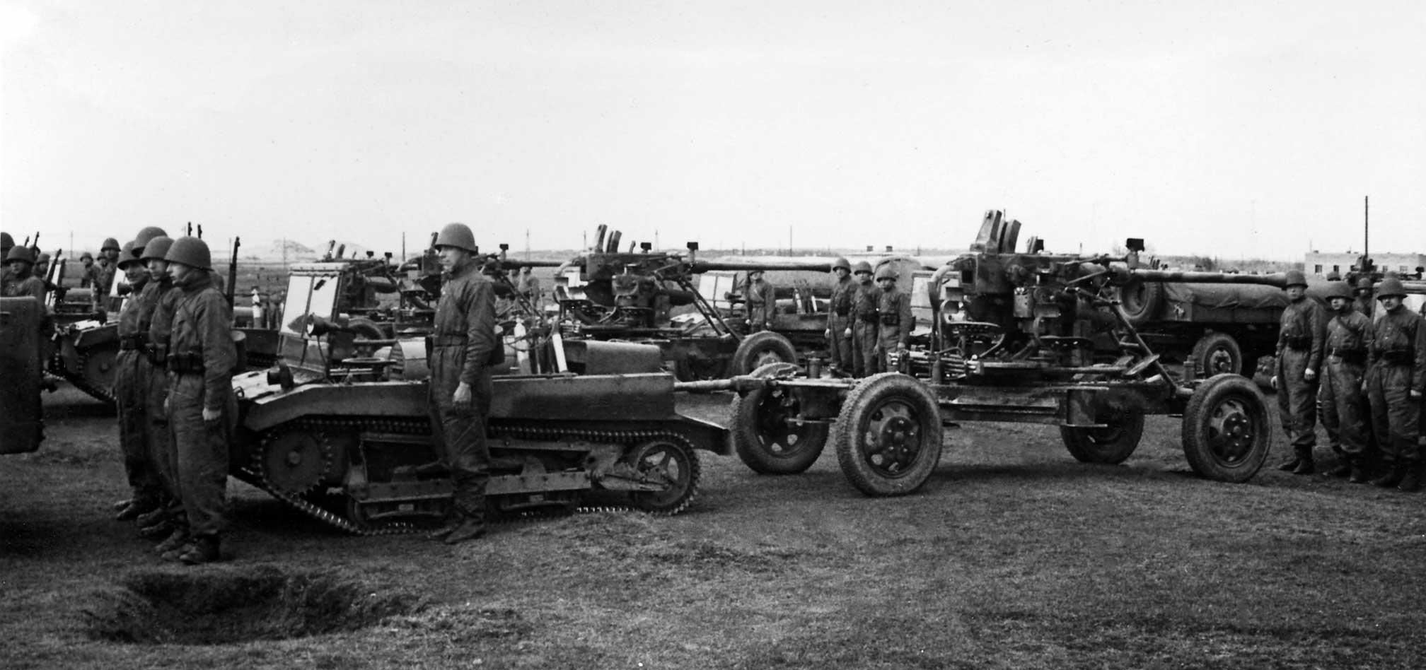 bateria armat kalibru 40 mm wtrakcie pokazów przeciwlotniczych